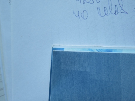 Cartea falsa (spate) este taiata prost si in unele cazuri si stramb.